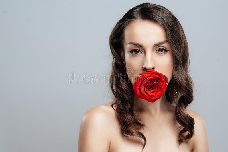 有红色唇膏的美丽的深色的妇女在嘴唇 有美好的构成的特写镜头女孩 免版税库存图片
