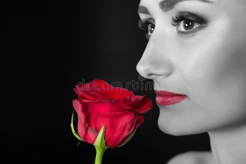 有红色嘴唇构成举行的妇女起来了 与花的秀丽 肉欲的秀丽 作为花的招标 Skincare和温泉治疗 库存照片