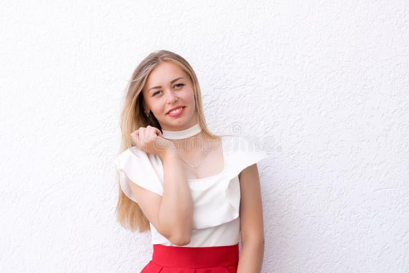有红色嘴唇的年轻俏丽的夫人在白色织地不很细背景 关闭与拷贝空间的照片 免版税库存图片