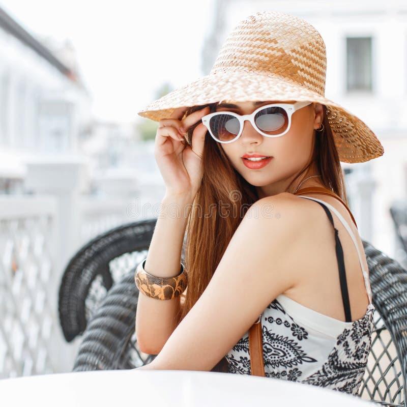 有红色嘴唇的美丽妇女在一个时髦的帽子和时兴 免版税图库摄影