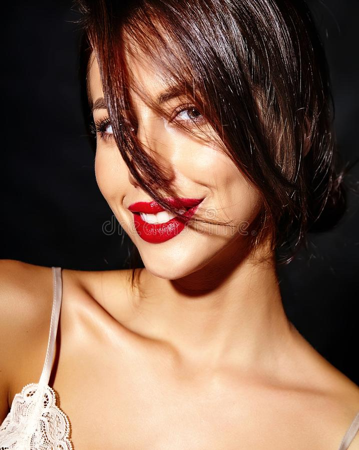 有红色嘴唇的美丽的愉快的逗人喜爱的性感的深色的妇女在白色背景的睡衣女用贴身内衣裤 免版税库存照片
