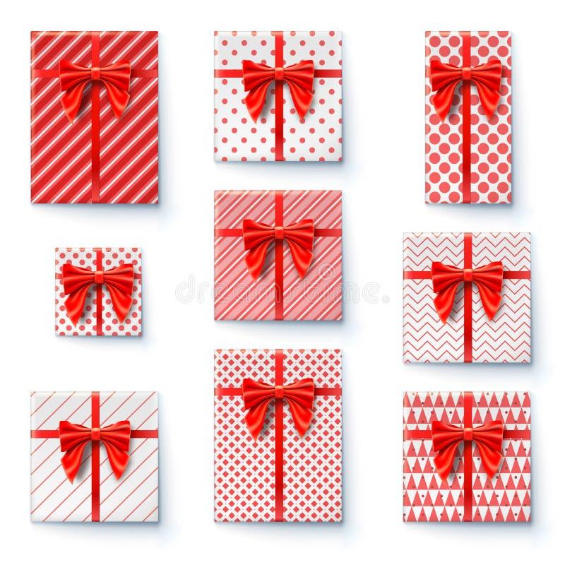 有红色在白色背景隔绝的丝带和大弓的当前箱子 平的位置,在被包裹的礼物盒的顶视图  皇族释放例证
