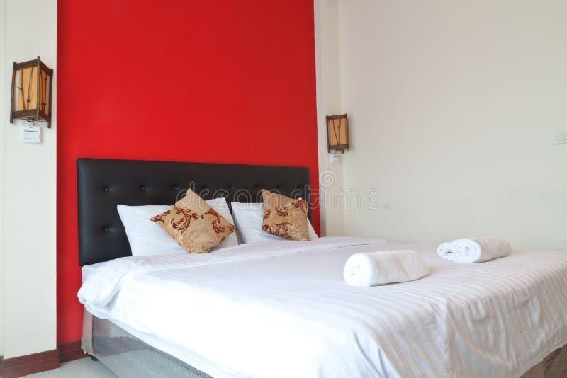 有红色墙壁的卧室。 图库摄影