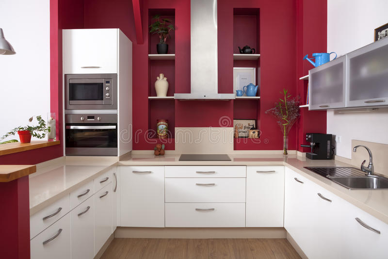 有红色墙壁的现代厨房 免版税库存图片