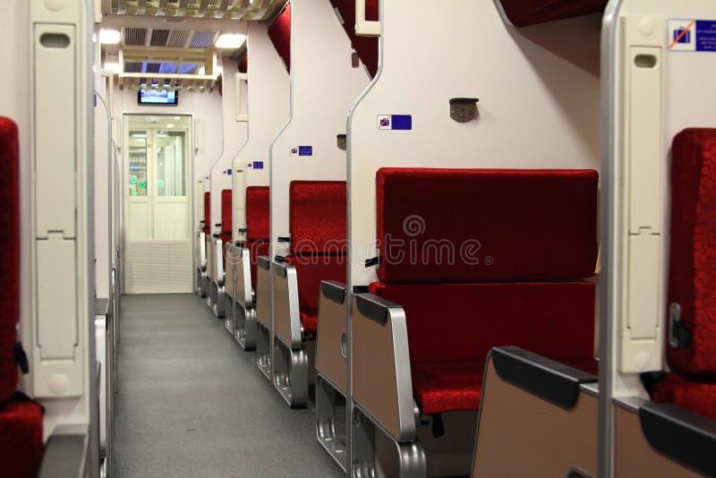 有红色天鹅绒坐垫豪华的,透视内部视图头等火车现代高速火车 免版税库存图片