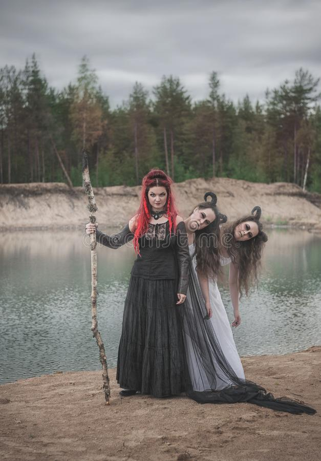 有红色头发和有角的邪魔的美丽的巫婆 免版税库存图片