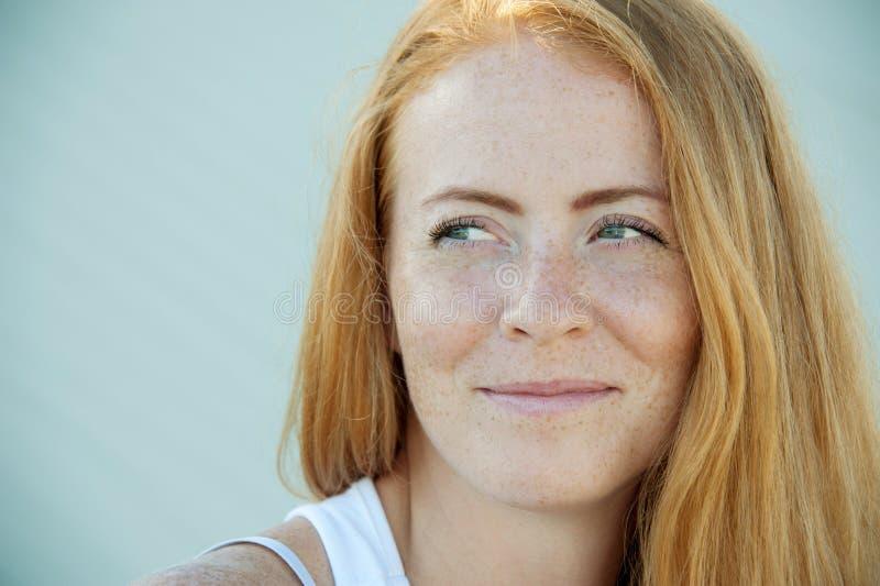 有红色头发和雀斑的少女 免版税库存照片