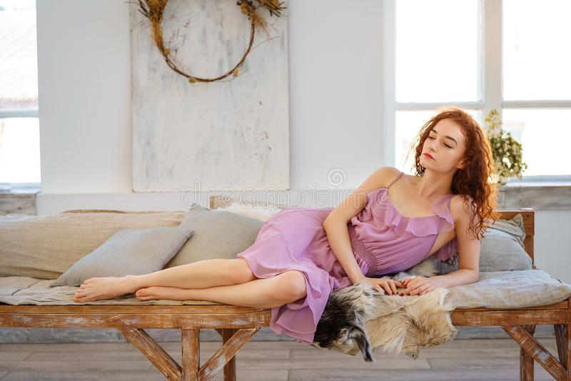 有红色头发坐的美丽的年轻女人哀伤 免版税库存照片