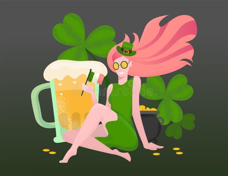 有红色头发的美女在绿色礼服,妖精帽子在大三叶草中在手中坐在巨大的啤酒杯,罐,爱尔兰旗子旁边  皇族释放例证