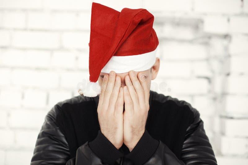 有红色帽子的人庆祝圣诞前夕的 库存照片