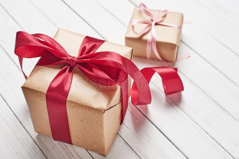 有红色弓的在白色背景,拷贝空间礼物盒 免版税库存图片