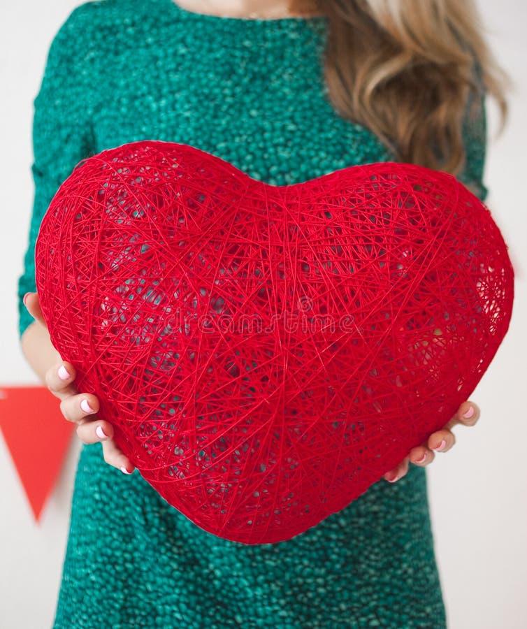 有红色心脏的少妇 库存图片