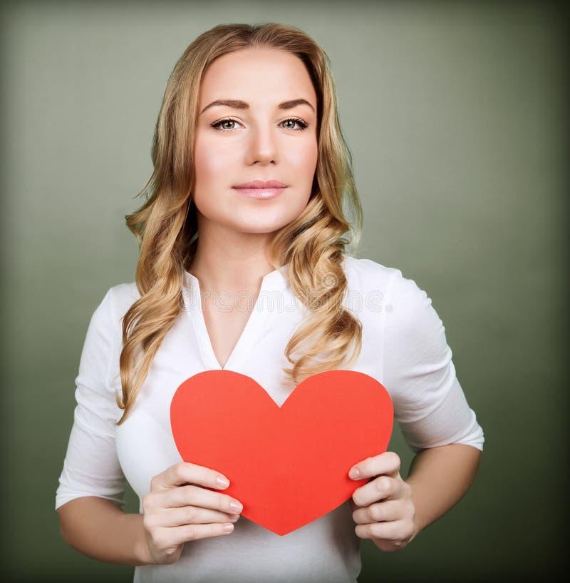 有红色心脏的爱恋的妇女 免版税库存照片