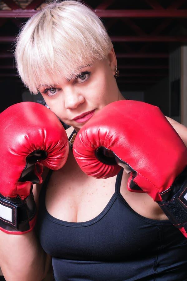 有红色拳击手套的美丽的妇女,特写镜头 库存图片