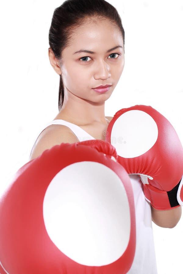 有红色拳击手套的美丽的妇女 库存图片