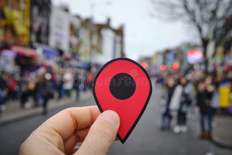 有红色标志的人在Candem繁华街道,伦敦 库存图片