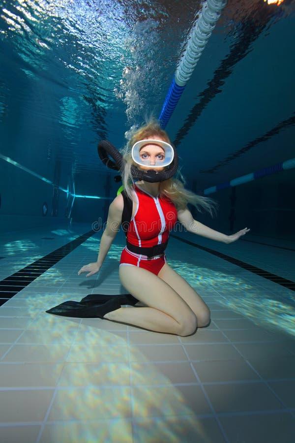 有红色泳装的女性轻潜水员 免版税图库摄影