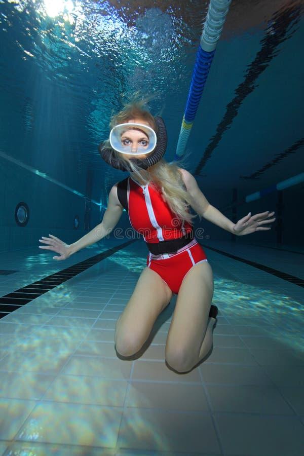 有红色泳装的女性轻潜水员 免版税库存图片