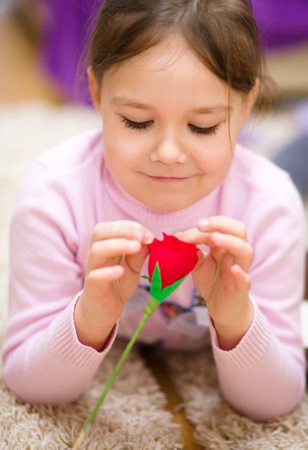 有红色玫瑰的小女孩 免版税库存图片