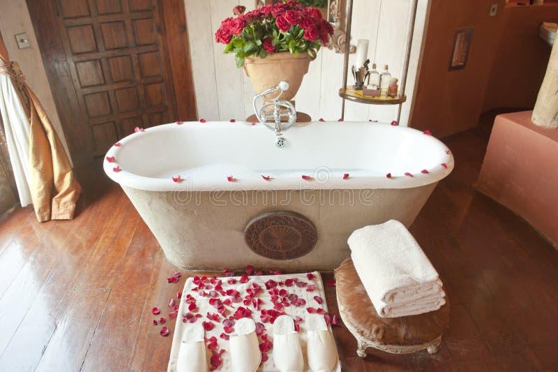 有红色玫瑰的豪华旅馆卫生间 免版税库存照片