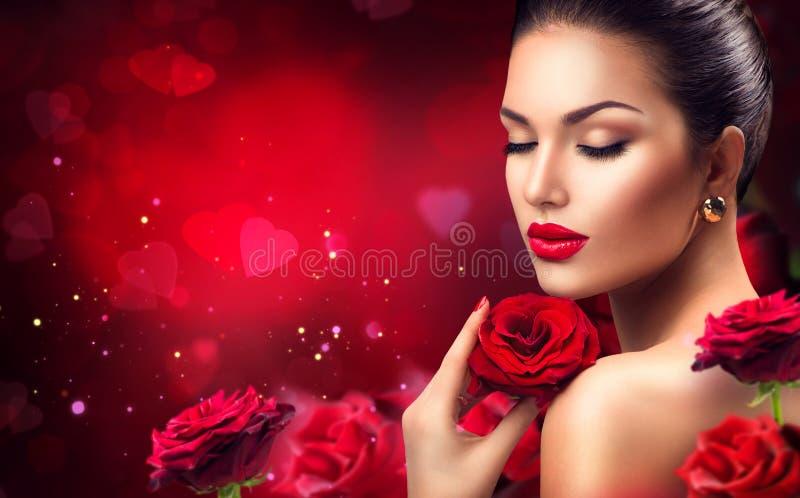 有红色玫瑰花的秀丽浪漫妇女 免版税库存照片