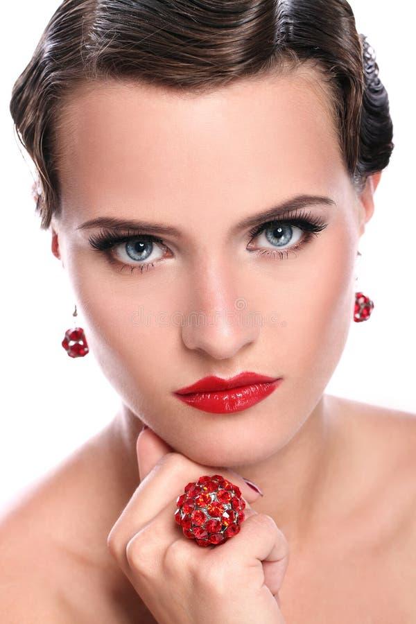 有红色珠宝的新和美丽的妇女 库存图片