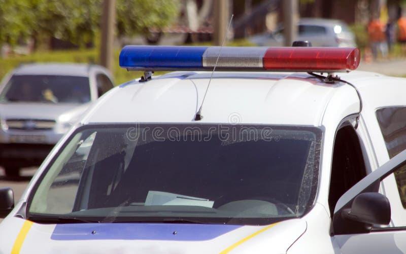 有红色的警报器和蓝色颜色的警车 免版税库存图片