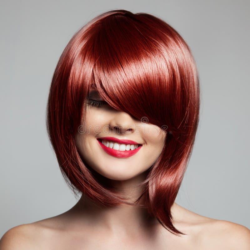 有红色短发的微笑的美丽的妇女 理发 发型 免版税库存照片