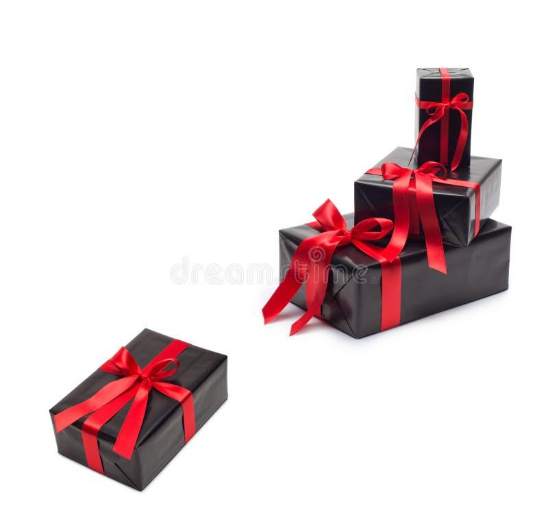 有红色缎丝带和弓的黑礼物盒 免版税库存图片