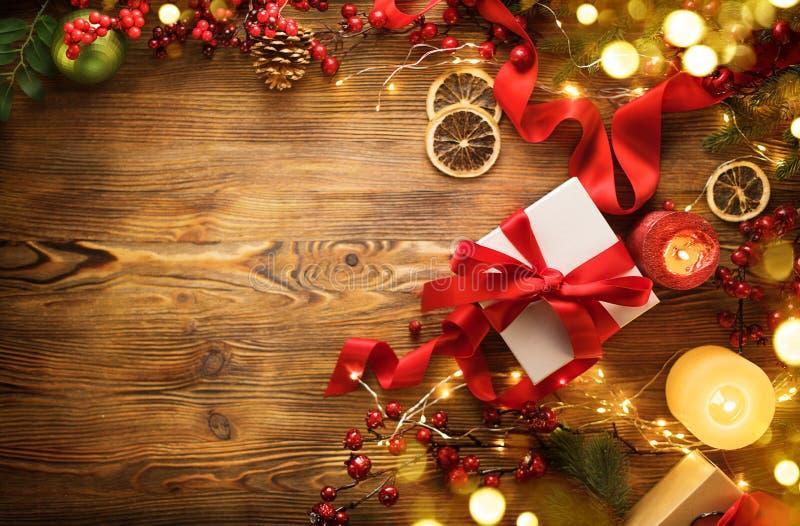 有红色缎带和弓的圣诞礼物箱子,与被包裹的礼物盒的美好的Xmas和新年背景 免版税库存图片