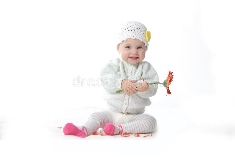 有红色花的女婴 免版税图库摄影