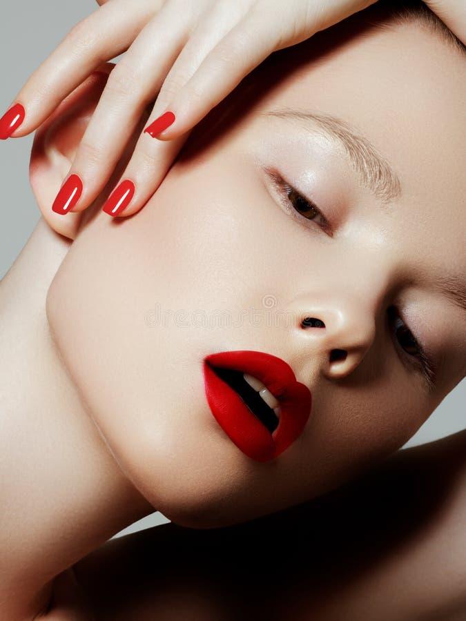 有红色表面无光泽的唇膏的美女 E 构成细节 有完善的皮肤的秀丽女孩 r 免版税库存图片
