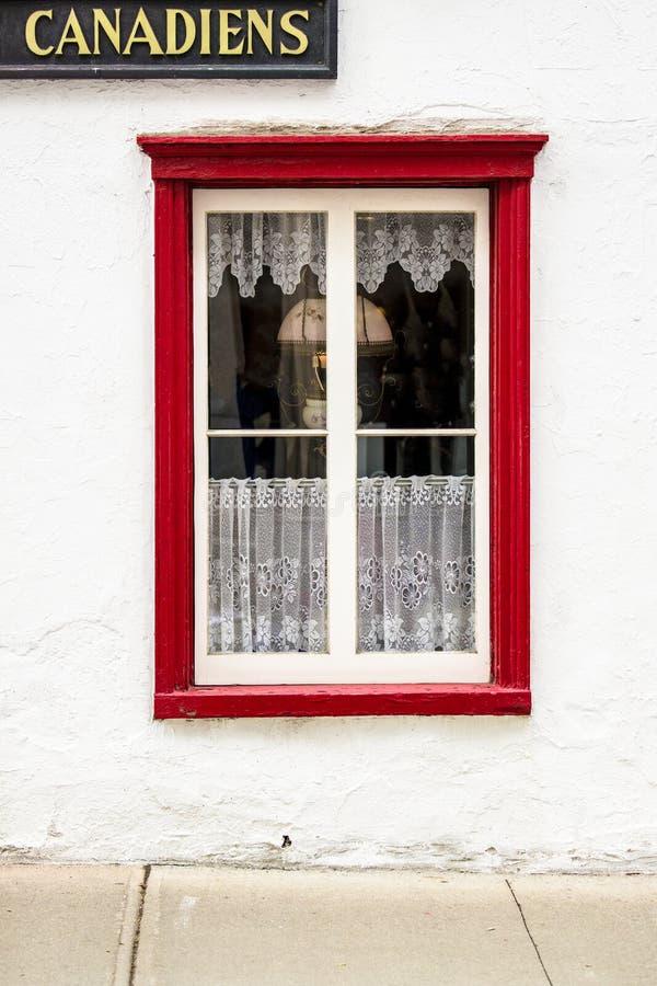 有红色被整理的窗口基石和窗玻璃的加拿大住处 免版税库存照片