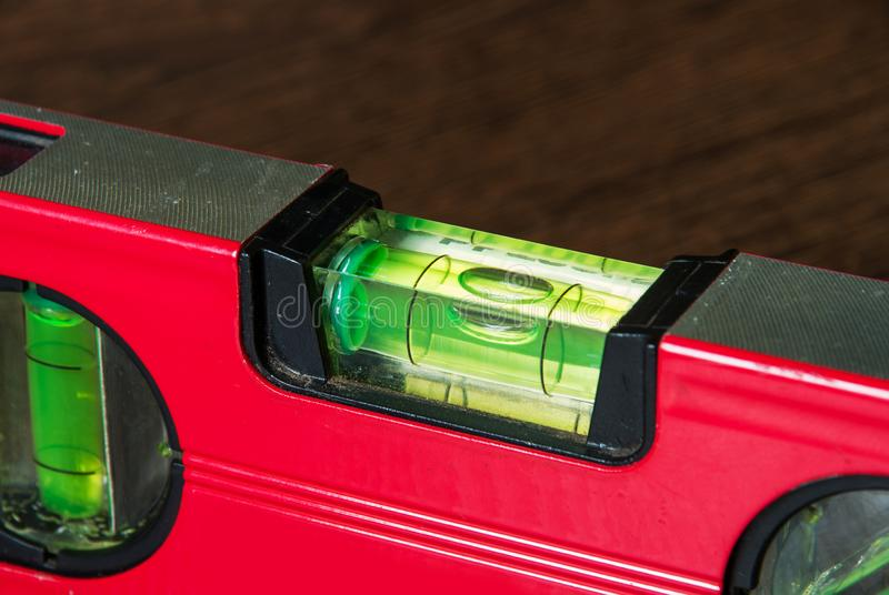 有红色铝钢合金身体的平实工具和精确测量的绿色止水条 库存照片