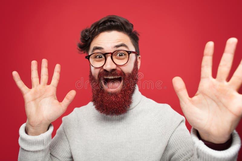 有红色闪烁的胡子的疯狂的人 库存图片