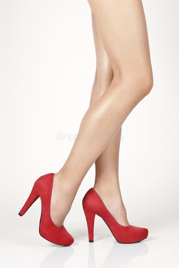 有红色鞋子的腿 免版税库存图片