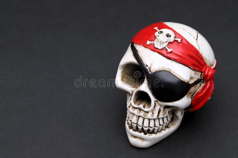 有红色顶头方巾的海盗头骨 免版税库存图片
