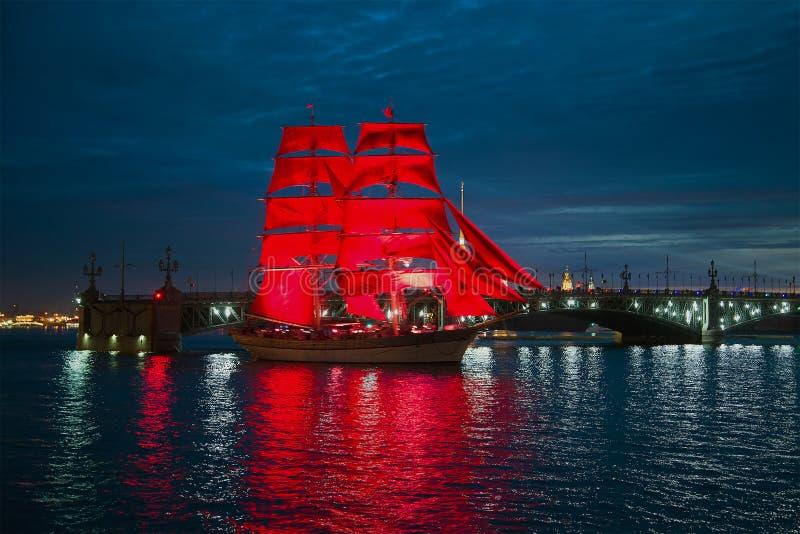 有红色风帆的船以圣三一桥为背景 免版税库存图片