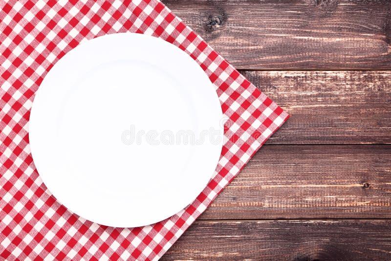 有红色餐巾的板材 免版税库存照片
