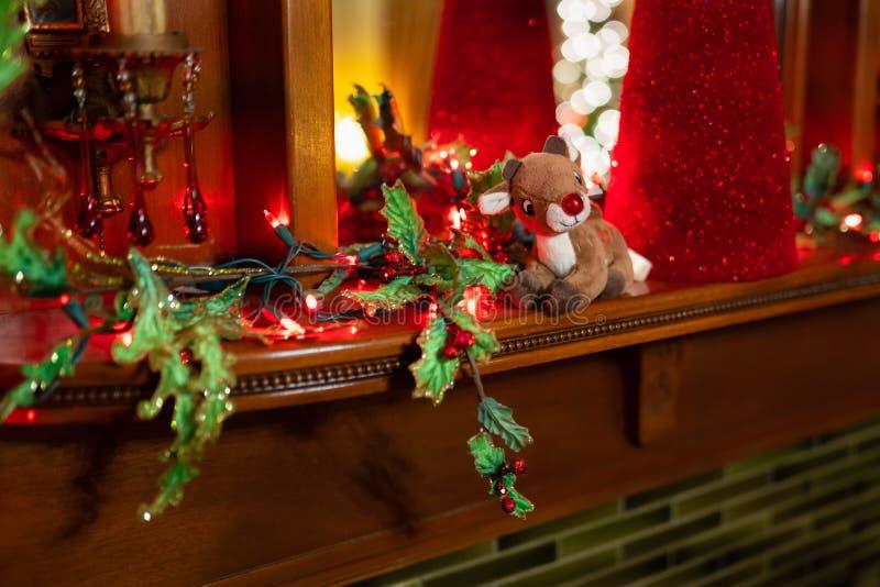 有红色鼻子的豪华的驯鹿玩具在架子 免版税库存图片