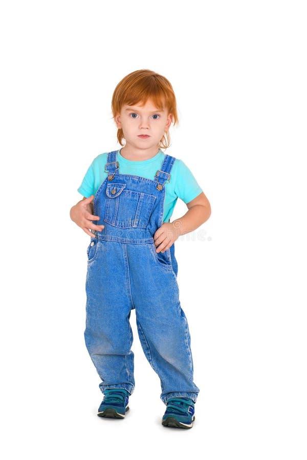 有红色头发的严肃的小孩站立 免版税库存图片