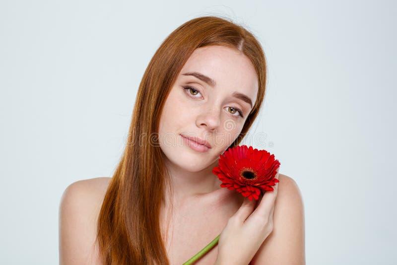 有红色头发的可爱的肉欲的女孩在白色背景图片