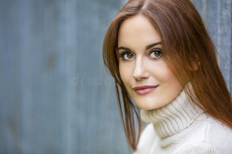 有红色头发的美丽的体贴的少妇 免版税图库摄影