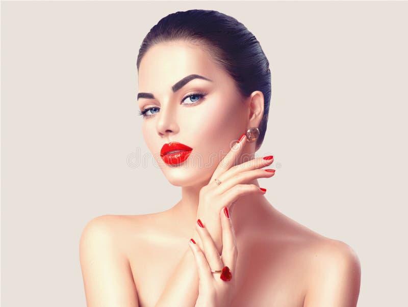 有红色嘴唇和钉子特写镜头的性感的妇女 免版税库存照片