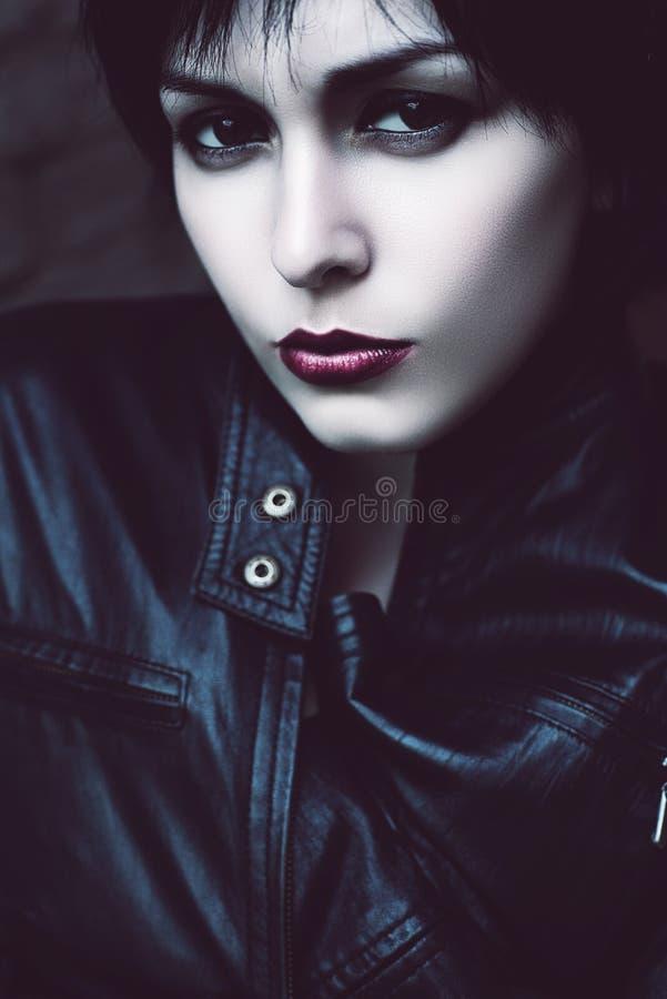 有红色嘴唇的严肃的妇女 库存照片