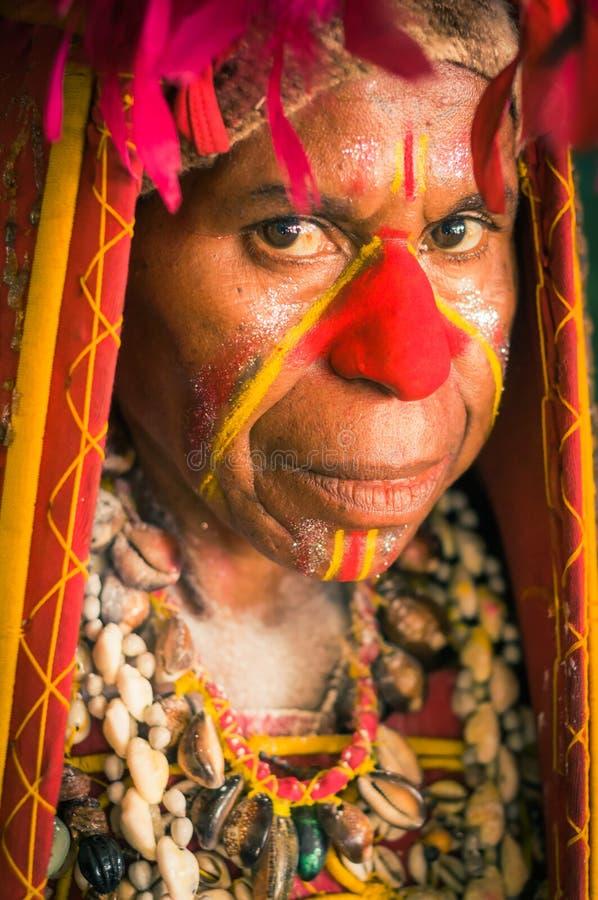 有红色鼻子的妇女在巴布亚新几内亚 免版税库存图片
