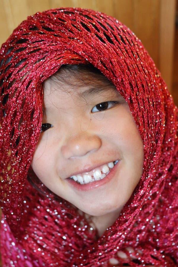 有红色围巾的女孩 免版税库存图片