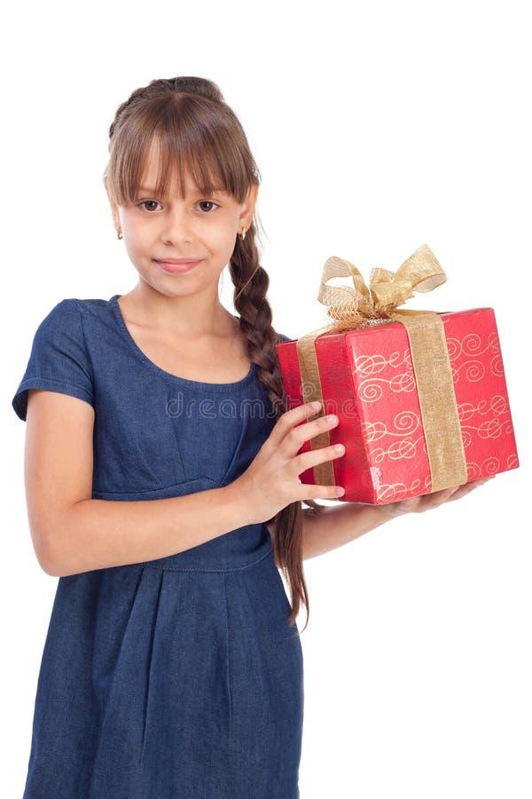 有红色giftbox的微笑女孩 免版税图库摄影