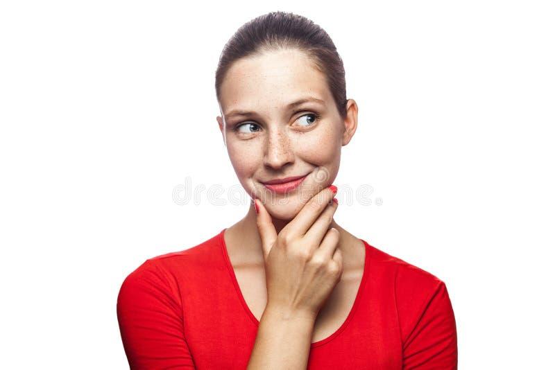有红色T恤杉和雀斑的情感妇女 库存图片