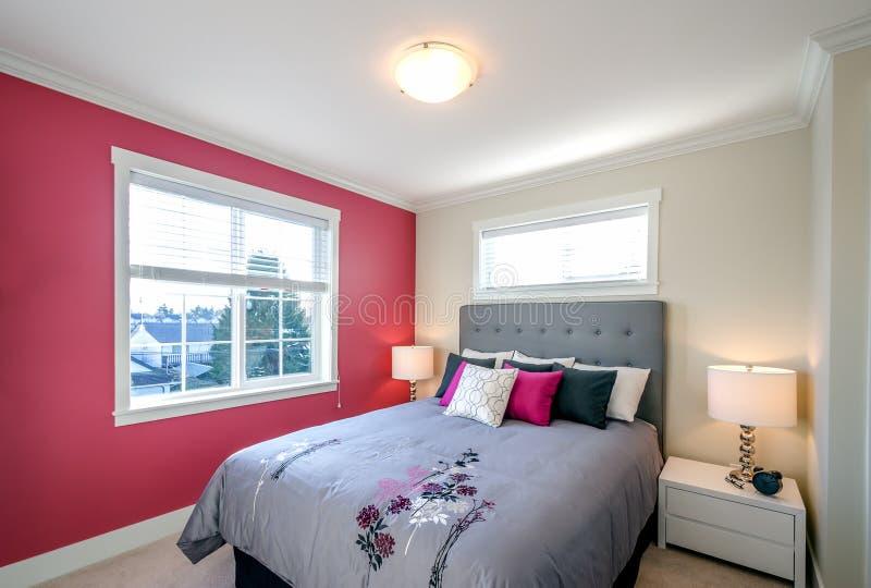 有红色wall.clean卧室的卧室 免版税库存图片